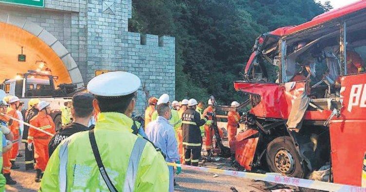 Otobüs duvara çarptı: 36 ölü 13 yaralı