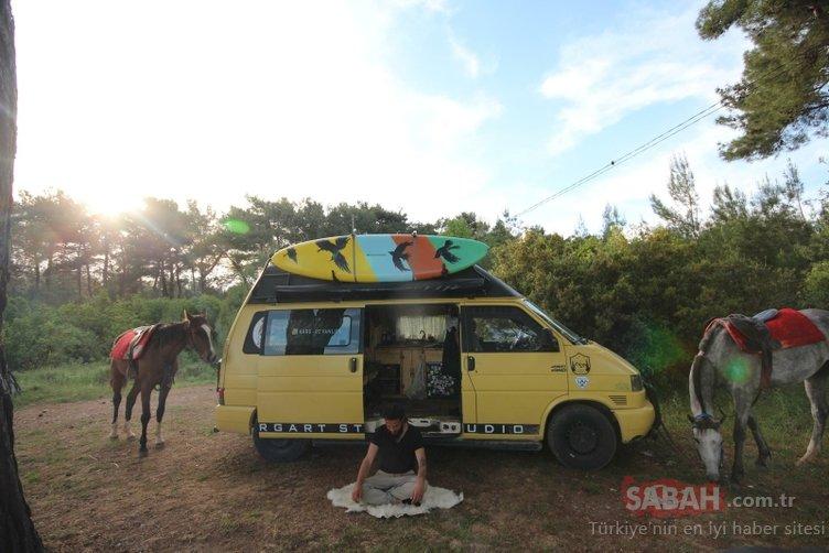 Satın aldığı minibüsle hayalini gerçekleştirdi! Hem geziyor hem de Koronavirüs'ten izole yaşıyor