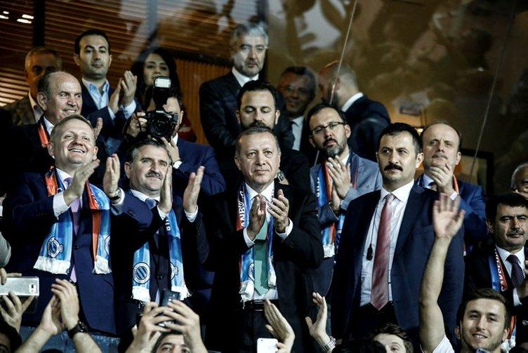 Cumhurbaşkanı Erdoğan, Başakşehir soyunma odasına indi