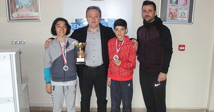 Ağrılı tenisçiler Trabzon'dan 2 madalya ile döndü