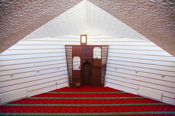 Beşgen Cami mimarisiyle dikkati çekiyor