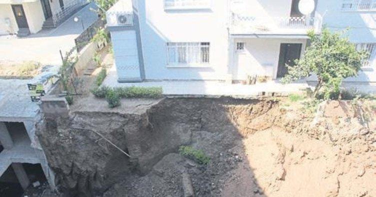 İnşaat kazısı 4 katlı apartmana zarar verdi