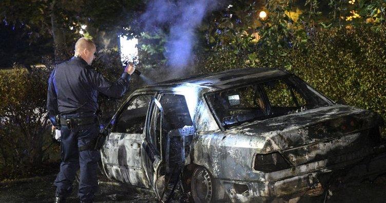 Stockholm'de 9 araba yakıldı