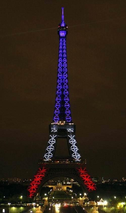 Eiffel Kulesi'nde ışık şovu
