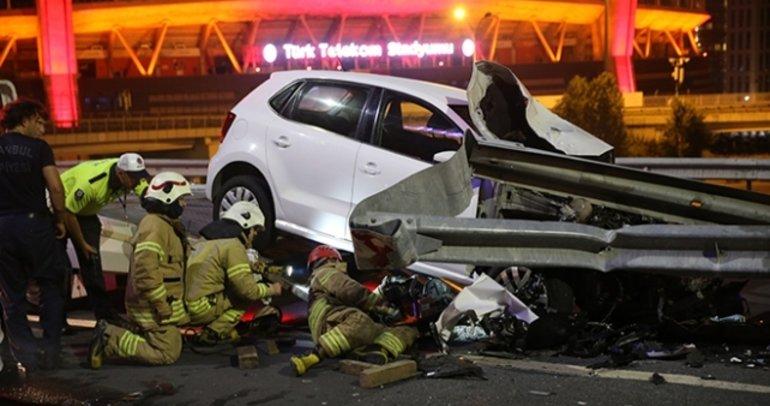 Şişli'de otomobil bariyerlere çarptı