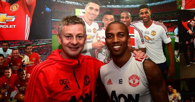 Ashley Young, bir yıl daha Manchester United'da