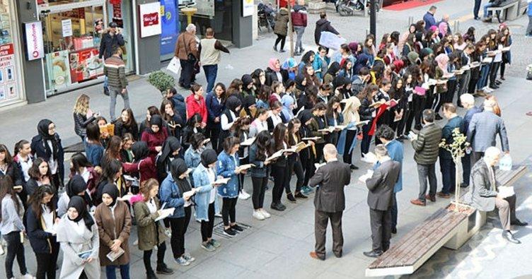 Samsun'da bin 200 öğrenci tek vücut olup kitap okudu