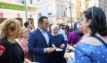 Beyoğlu Belediye Başkanı Haydar Ali Yıldız vatandaşlara aşure dağıttı