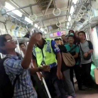 Yolcularla dolu trenin tavanından çıktı!