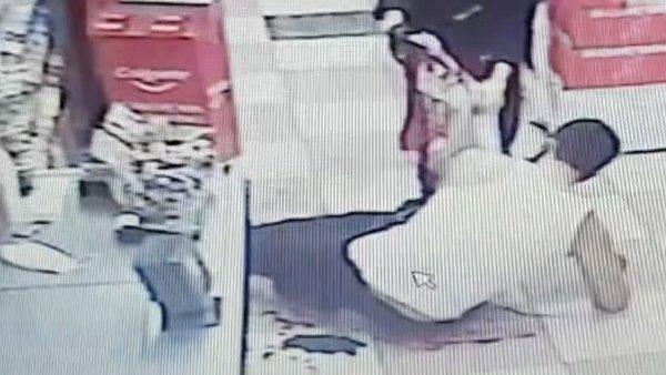 Son dakika: İstanbul'da evde karısını başka erkekle yakalayan koca bıçakla böyle dehşet saçtı | Video