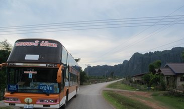 Laos'ta tur otobüsü yoldan çıktı: 13 ölü, 33 yaralı