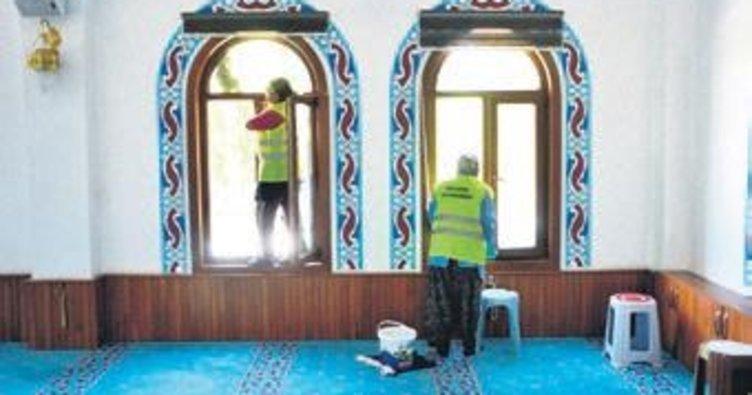 Camiler gül suyuyla temizleniyor