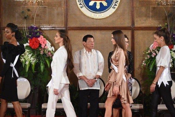 Devlet başkanı güzelleri görünce...
