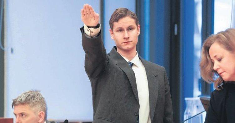 İlk mahkemesinde Nazi selamı verdi