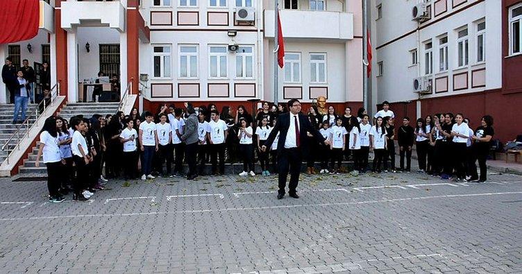 'Okul müdürü 10 Kasım'da şarkı eşliğinde oynadı' iddiası