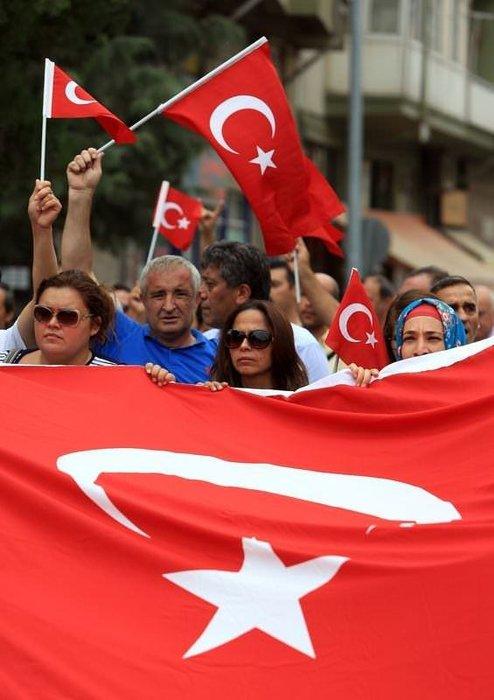 Türkiye şehitleri için sokağa döküldü