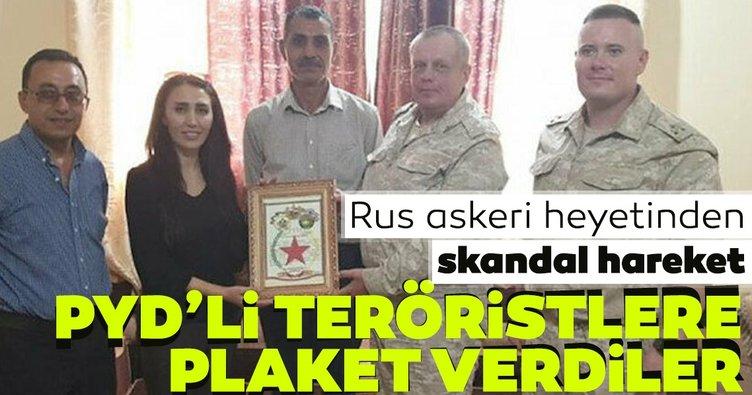 Rus askeri heyetinden skandal hareket! PYD'li teröristlere plaket verdiler!