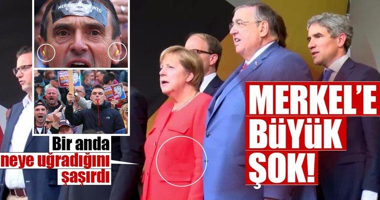 Merkel'e domatesli protesto!
