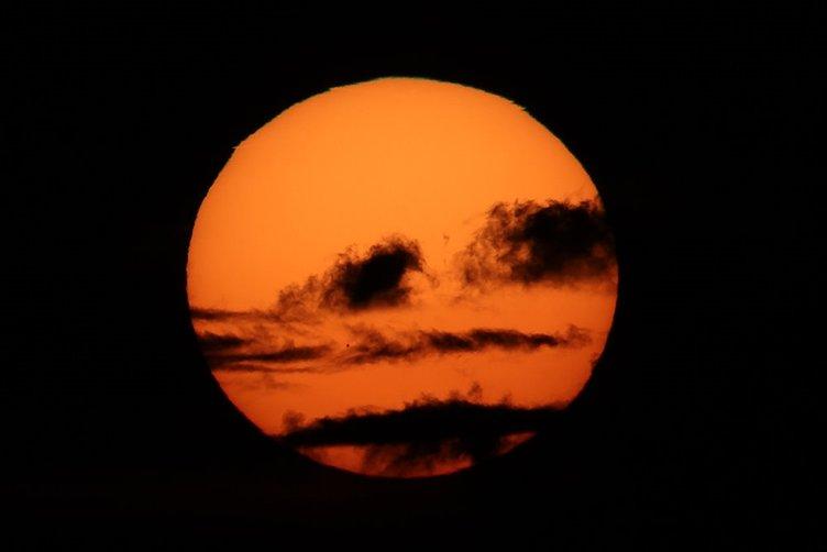 Merkür Güneş'in önünden geçti