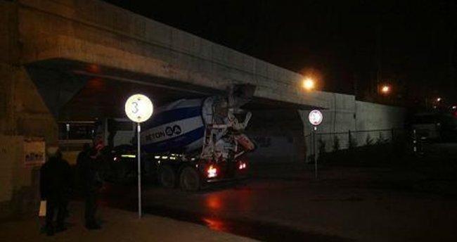 Beton mikseri marmaray köprüsü altından geçerken sıkıştı