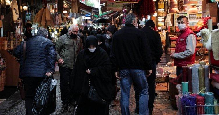 Eminönü'nde korkutan görüntü; sosyal mesafe hiçe sayıldı