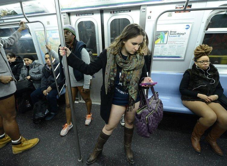 Metroya pantolonsuz bindiler