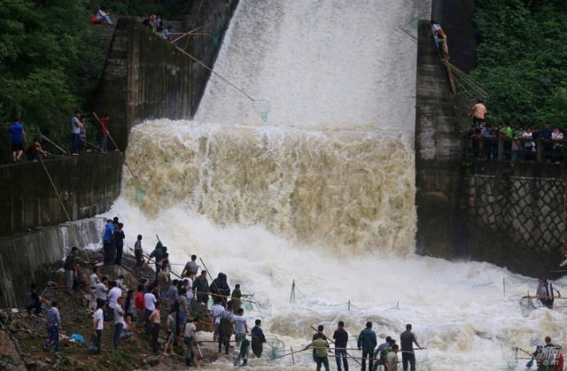Barajın kapakları açılınca