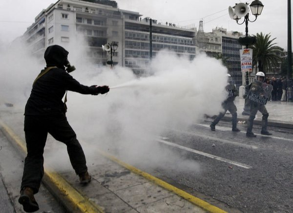 Atina'da grev hayatı felç etti...