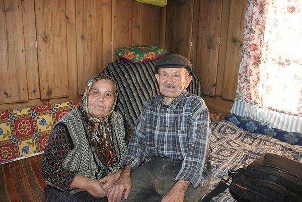 Ali Osman ve Fati Kara çifti kara kışa rağmen köylerini terk etmiyor