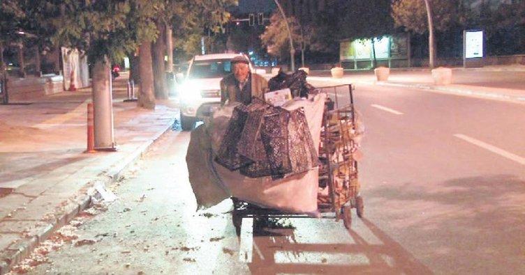 80 yaşında atık kâğıt toplayarak geçiniyor