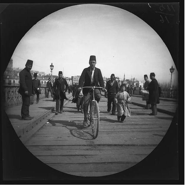 1891'de bisikletle dünya turu yapıp Türkiye'ye de uğradılar