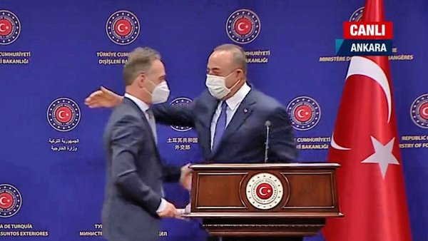 Bakan Çavuşoğlu ve Alman mevkidaşı Heiko Maas'tan gülümseten Mesut Özil diyaloğu | Video