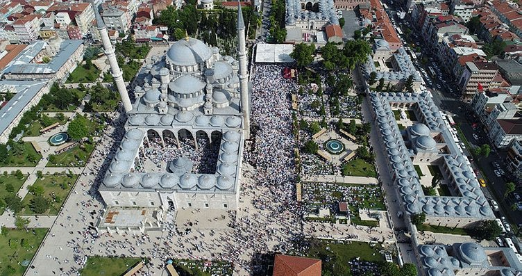 Abdülmetin Balkanlıoğlu'nun cenaze töreninde insan...