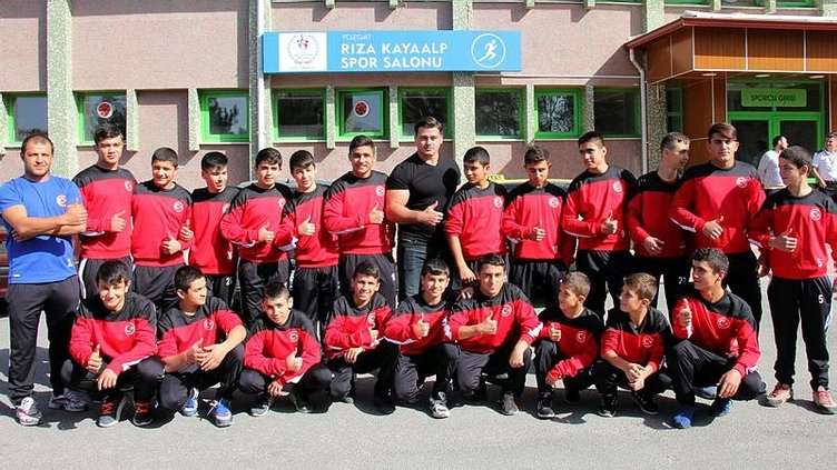Milli güreşçi Kayaalp'ten geleceğin şampiyonlarına yardım