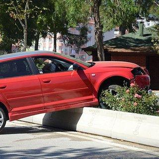 Yeni aldığı otomobille kaza yaptı