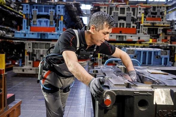 İskelet giyip otomobil üretiyorlar