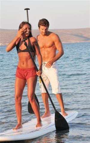 Çeşme'de aşk, romantizm ve sörfün tadını çıkarıyorlar