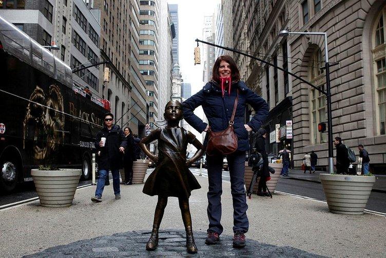 Wall Street'in bronz boğasına karşı korkusuz kız heykeli
