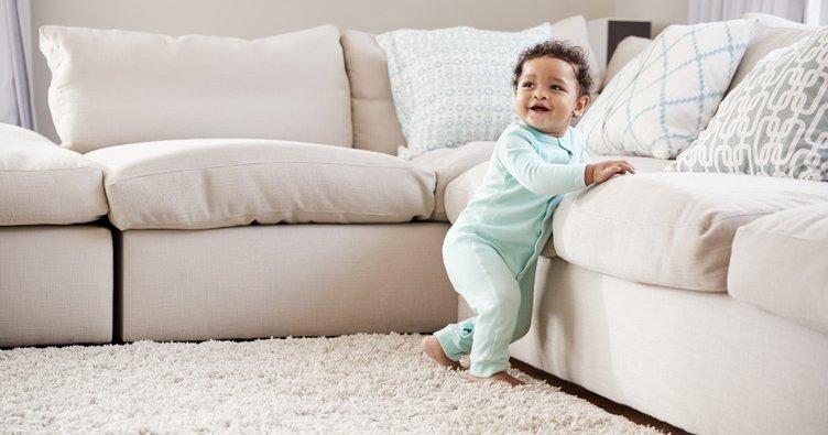 Bebeğinizin 8. ay gelişimi: Kanepelere tırmanmaya çalışır