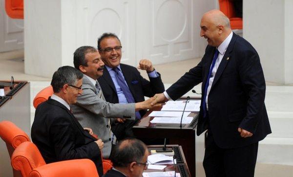 Meclis'te milletvekilleri yumruklaştı