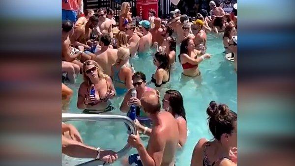 Tepki çeken skandal havuz partisi kamerada! Corona virüsüne rağmen... | Video