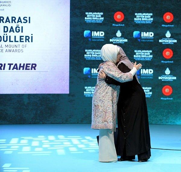 Cumhurbaşkanı Erdoğan'dan eşi Emine Erdoğan'a jest
