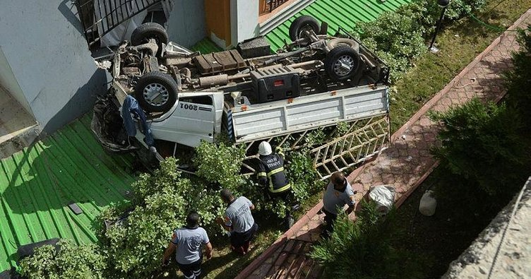 Hatalı sollama yapan otomobilden kaçan kamyonet, apartman boşluğuna düştü