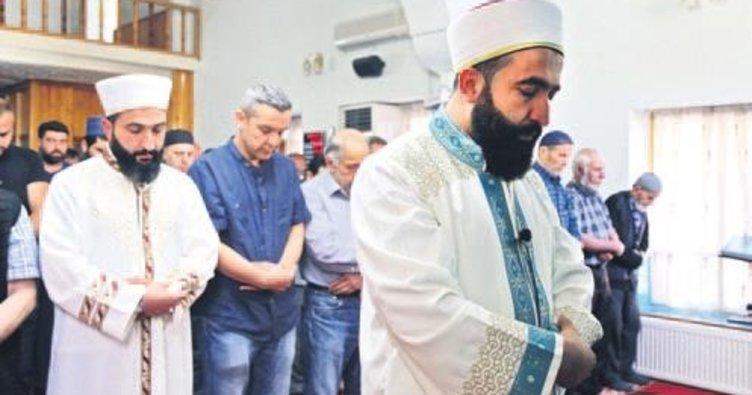 İkiz imamlar teravihi birlikte kıldırıyor