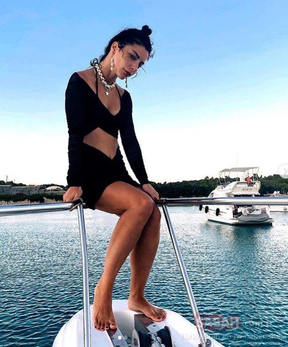 Tatile doymayan Merve Boluğur'un sahil pozu sosyal medyayı salladı...Merve Boluğur dekolteli paylaşımı ile yine çok iddialı!