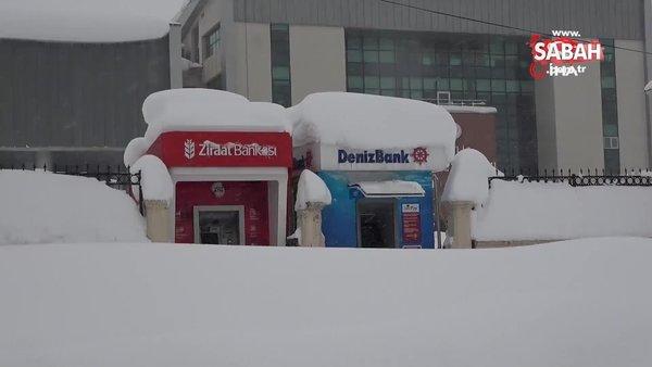 Bitlis kara gömüldü. Vatandaşlar kar üstünde oturarak ATM'lerden para çekiyor | Video