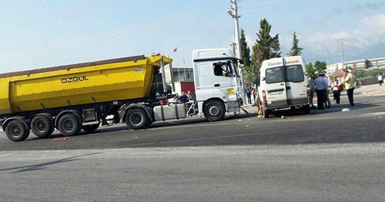 Hafriyat kamyonu ile işçi servisi çarpıştı: 15 yaralı!