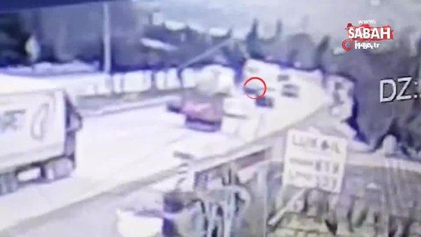 Kırıkkale'deki feci kaza kamerada: Karşı şeride havalandı, lüks otomobilin üstüne düştü   Video