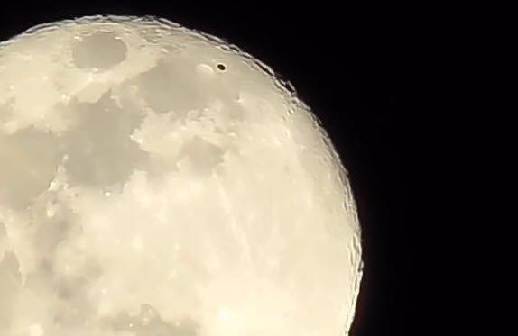 Ay üstündeki siyah disk nedir? UFO olabilir mi?