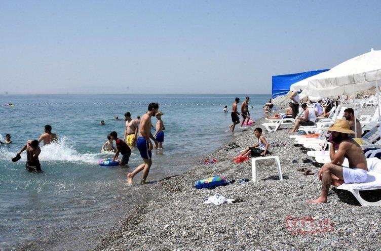 Van Gölü'nün mavi bayraklı plajına tatilci akını